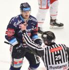 Čtvrtfinále play off hokejové extraligy - 1. zápas: HC Oceláři Třinec - HC Vítkovice Ridera, 20. března 2019 v Třinci. Na snímku (zleva) David Květoň.