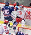 Čtvrtfinále play off hokejové extraligy - 1. zápas: HC Oceláři Třinec - HC Vítkovice Ridera, 20. března 2019 v Třinci. Na snímku (zleva) Mrázek Jaroslav, Aron Chmielewski.