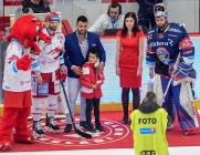 Čtvrtfinále play off hokejové extraligy - 1. zápas: HC Oceláři Třinec - HC Vítkovice Ridera, 20. března 2019 v Třinci. Na snímku (zleva) Martin Růžička, brankář Vítkovic Patrik Bartošák.