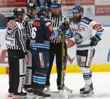 Petr Jelínek z Liberce a Jan Výtisk - 29. kolo HC VÍTKOVICE RIDERA - Bílí Tygři Liberec, 21. ledna 2020 v Ostravě.