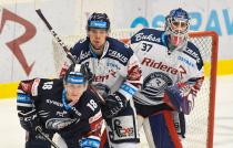 Jakub Rychlovský z Liberce, Nicolas Werbik a Daniel Dolejš - 29. kolo HC VÍTKOVICE RIDERA - Bílí Tygři Liberec, 21. ledna 2020 v Ostravě.