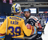 Brankář Libor Kašík z PSG Berani Zlín a Roberts Bukarts - 41. kolo HC VÍTKOVICE RIDERA - PSG Berani Zlín, 28. ledna 2020 v Ostravě.