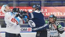 Alex Viktor Lang z Plzně a Roman Polák z HC VÍTKOVICE RIDERA - 9. kolo Tipsport Extraligy HC VÍTKOVICE RIDERA - HC Plzeň 1929, 4. října 2020 v Ostravě.