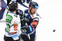 Valentin Claireaux z Boleslavi a Josef Mikyska z Vítkovic - 33. kolo Tipsport Extraligy HC VÍTKOVICE RIDERA - BK Mladá Boleslav, 8. ledna 2021 v Ostravě.