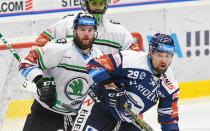 Petr Šidlík z Boleslavi a Lukáš Krenželok z Vítkovic - 33. kolo Tipsport Extraligy HC VÍTKOVICE RIDERA - BK Mladá Boleslav, 8. ledna 2021 v Ostravě.