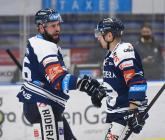 Roman Polák a Jan Shleiss z Vítkovic - 33. kolo Tipsport Extraligy HC VÍTKOVICE RIDERA - BK Mladá Boleslav, 8. ledna 2021 v Ostravě.