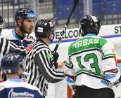 Dominik Lakatoš z Vítkovic a Marek Hrbas z Boleslavi - 33. kolo Tipsport Extraligy HC VÍTKOVICE RIDERA - BK Mladá Boleslav, 8. ledna 2021 v Ostravě.