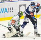 Brankář Boleslavi Jan Růžička z Boleslavi a Alexandre Mallet z Vítkovic - 33. kolo Tipsport Extraligy HC VÍTKOVICE RIDERA - BK Mladá Boleslav, 8. ledna 2021 v Ostravě.