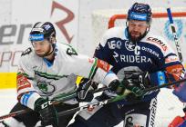 Mário Lunter z Boleslavi a Roman Polák z Vítkovic - 33. kolo Tipsport Extraligy HC VÍTKOVICE RIDERA - BK Mladá Boleslav, 8. ledna 2021 v Ostravě.