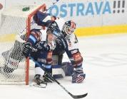 Robert Flick z Vítkovic a brankář Vítkovic Daniel Dolejš - 2. předkolo Generali Česká pojišťovna play off HC VÍTKOVICE RIDERA - HC kometa Brno, 11. března 2021 v Ostravě.