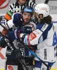 Dominik Lakatoš z Vítkovic a Peter Randy Mueller z Brna - 2. předkolo Generali Česká pojišťovna play off HC VÍTKOVICE RIDERA - HC kometa Brno, 11. března 2021 v Ostravě.