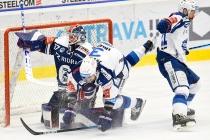 Brankář Vítkovic Daniel Dolejš a Peter Georg Scheider z Brna - 5. předkolo Generali Česká pojišťovna play off HC VÍTKOVICE RIDERA - HC kometa Brno, 16. března 2021 v Ostravě.