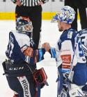 Brankář Vítkovic Daniel Dolejš a brankář Karel Vejmelka z Brna - 5. předkolo Generali Česká pojišťovna play off HC VÍTKOVICE RIDERA - HC kometa Brno, 16. března 2021 v Ostravě.