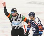 Hlavní rozhodčí Antonín Jeřábek a Josef Mikyska z Vítkovic - 26. kolo Tipsport Extraligy HC VÍTKOVICE RIDERA - Bílí Tygři Liberec, 5. ledna 2021 v Ostravě.