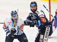 Petr Jelínek z Liberce a Roman Polák z Vítkovic - 26. kolo Tipsport Extraligy HC VÍTKOVICE RIDERA - Bílí Tygři Liberec, 5. ledna 2021 v Ostravě.