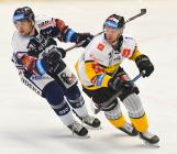 Marek Kalus z Vítkovic a Tomáš Pospíšil z Litvínova - 27. kolo Tipsport Extraligy HC VÍTKOVICE RIDERA - HC Litvínov, 13. prosince 2020 v Ostravě.
