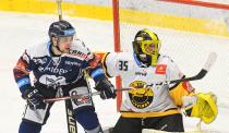 Marek Kalus z Vítkovic a brankář Litvínova Denis Godla -  27. kolo Tipsport Extraligy HC VÍTKOVICE RIDERA - HC Litvínov, 13. prosince 2020 v Ostravě.