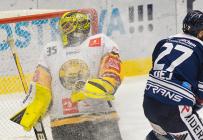 Brankář Litvínova Denis Godla a Rastislav Dej z Vítkovic - 27. kolo Tipsport Extraligy HC VÍTKOVICE RIDERA - HC Litvínov, 13. prosince 2020 v Ostravě.