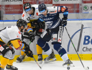 Pawel Zygmunt z Litvínova a Jakub Kubeš z Vítkovic - 27. kolo Tipsport Extraligy HC VÍTKOVICE RIDERA - HC Litvínov, 13. prosince 2020 v Ostravě.