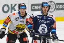 Oskars Cibulskis z Litvínova a Dominik Lakatoš z Vítkovic - 27. kolo Tipsport Extraligy HC VÍTKOVICE RIDERA - HC Litvínov, 13. prosince 2020 v Ostravě.