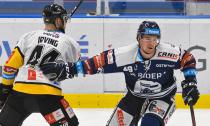 Aaron Irving z Litvínova a Nicolas Werbik z Vítkovic - 27. kolo Tipsport Extraligy HC VÍTKOVICE RIDERA - HC Litvínov, 13. prosince 2020 v Ostravě.