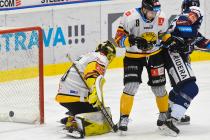 Brankář Denis Godla a Uvis Janis Balinskis z Litvínova - 27. kolo Tipsport Extraligy HC VÍTKOVICE RIDERA - HC Litvínov, 13. prosince 2020 v Ostravě.