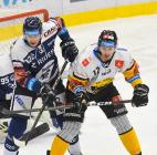Jakub Kubeš z Vítkovic a Pawel Zygmunt z Litvínova - 27. kolo Tipsport Extraligy HC VÍTKOVICE RIDERA - HC Litvínov, 13. prosince 2020 v Ostravě.