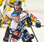 Lukáš Žejdl z Litvínova a Nicolas Werbik z Vítkovic - 40. kolo Tipsport Extraligy HC VÍTKOVICE RIDERA - HC VERVA Litvínov, 29. ledna 2021 v Ostravě.