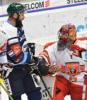 Roman Polák z HC VÍTKOVICE RIDERA a brankář Mountfield HK Marek Mazanec - 15. kolo Tipsport Extraligy HC VÍTKOVICE RIDERA - Mountfield HK, 9. listopadu 2020 v Ostravě.