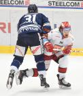 Dominik Lakatoš z Vítkovic a Kevin Klima z Mountfield HK - 41. kolo Tipsport Extraligy HC VÍTKOVICE RIDERA - Mountfield HK, 31. ledna 2021 v Ostravě.