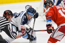 Nicolas Werbik z HC VÍTKOVICE RIDERA a Jan Knotek z HC Olomouc - Přípravné utkání  HC VÍTKOVICE RIDERA - HC Olomouc, 10. září 2020, Ostravar aréna.