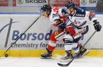 Matúš Hlaváč z HC Olomouc a Jan Shleiss z HC VÍTKOVICE RIDERA - Přípravné utkání  HC VÍTKOVICE RIDERA - HC Olomouc, 10. září 2020, Ostravar aréna.