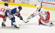 Lukáš Krenželok z Vítkovic a Branislav Konrád z HC Olomouc - 38. kolo Tipsport Extraligy HC VÍTKOVICE RIDERA - HC Olomouc, 22. ledna 2021 v Ostravě.