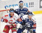 Lukáš Klimek z Olomouce a Lukáš Kovář z Vítkovic - 38. kolo Tipsport Extraligy HC VÍTKOVICE RIDERA - HC Olomouc, 22. ledna 2021 v Ostravě.
