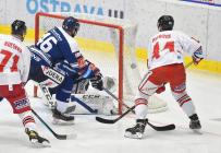 Roman Polák z Vítkovic a David Ostřížek z HC Olomouc - 38. kolo Tipsport Extraligy HC VÍTKOVICE RIDERA - HC Olomouc, 22. ledna 2021 v Ostravě.