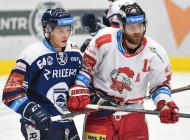 Patrik Koch z Vítkovic a Jan Knotek z Olomouce - 38. kolo Tipsport Extraligy HC VÍTKOVICE RIDERA - HC Olomouc, 22. ledna 2021 v Ostravě.