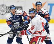 Jan Shleiss a Guntis Galvinš z Vítkovic a Rostislav Olesz z HC Olomouc - 38. kolo Tipsport Extraligy HC VÍTKOVICE RIDERA - HC Olomouc, 22. ledna 2021 v Ostravě.