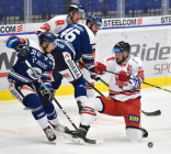 Dominik Lakatoš z Vítkovic a Petr Strapáč z HC Olomouc - 38. kolo Tipsport Extraligy HC VÍTKOVICE RIDERA - HC Olomouc, 22. ledna 2021 v Ostravě.