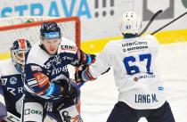 Lukáš Doudera z Vítkovic a Martin Lang z Plzně - 35. kolo Tipsport Extraligy HC VÍTKOVICE RIDERA - HC ŠKODA PLZEŇ, 15. ledna 2021 v Ostravě.