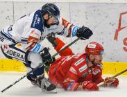 Rostislav Marosz z Vítkovic a Vladimír Dravecký z Třince - 29. kolo Tipsport Extraligy HC VÍTKOVICE RIDERA - HC Oceláři Třinec, 26. prosince 2020 v Ostravě.
