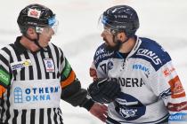 Hlavní rozhodčí René Hradil a Rostislav Marosz z Vítkovic - 29. kolo Tipsport Extraligy HC VÍTKOVICE RIDERA - HC Oceláři Třinec, 26. prosince 2020 v Ostravě.