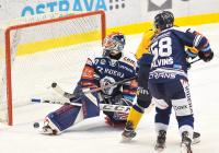 Brankář Daniel Dolejš a Guntis Galvinš z Vítkovic - 36. kolo Tipsport Extraligy HC VÍTKOVICE RIDERA - PSG Berani Zlín, 17. ledna 2021 v Ostravě.