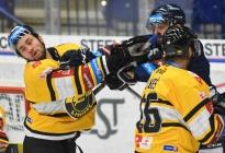 Jänis Uvis Balinskis z Litvínova a Rostislav Marosz z Vítkovic - 12. kolo Tipsport Extraligy HC VÍTKOVICE RIDERA - HC Litvínov, 8. října 2021 v Ostravě.