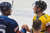 Petr Fridrich z Vítkovic a Patrik Zdráhal z Litvínova - 12. kolo Tipsport Extraligy HC VÍTKOVICE RIDERA - HC Litvínov, 8. října 2021 v Ostravě.